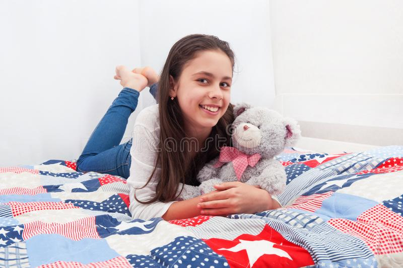 Een meisje ligt op een bed royalty-vrije stock afbeelding