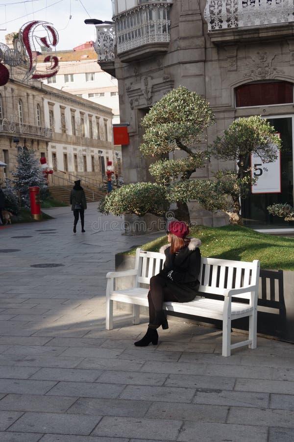 Een meisje met een boom, Vigo, Galicië, Spanje royalty-vrije stock fotografie