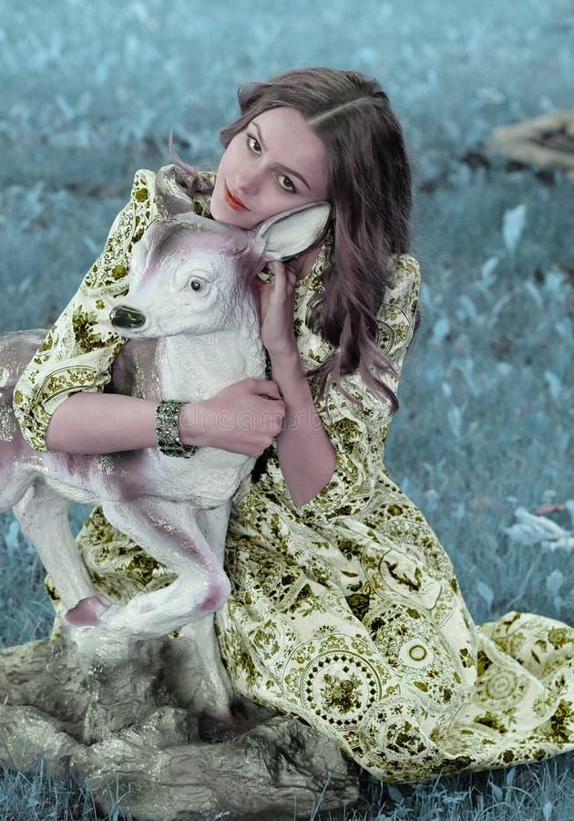 Een meisje met een hert royalty-vrije stock afbeelding