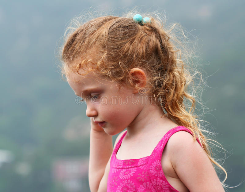 Een meisje met een Peinzende Uitdrukking stock afbeeldingen