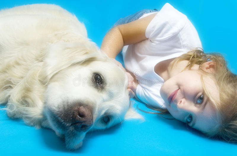 Een meisje met haar hond stock fotografie