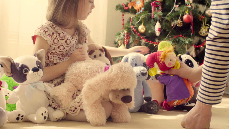 Een meisje met heel wat gevuld speelgoed royalty-vrije stock fotografie