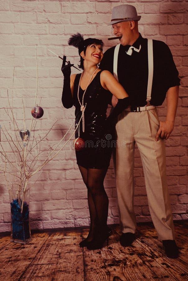 Een meisje met kort zwart haar met een verband met lovertjes en veren op haar hoofd in een kleding met lovertjes in Chicago royalty-vrije stock afbeelding