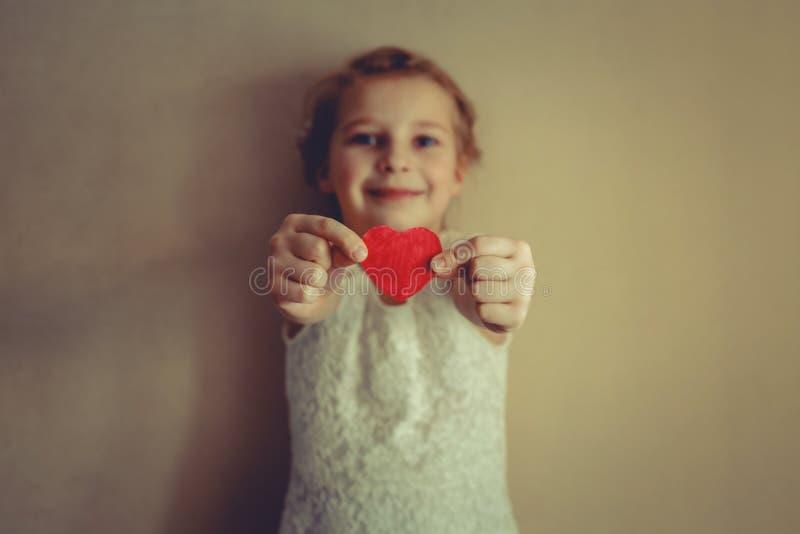 Een meisje met rood hart in haar handen royalty-vrije stock foto