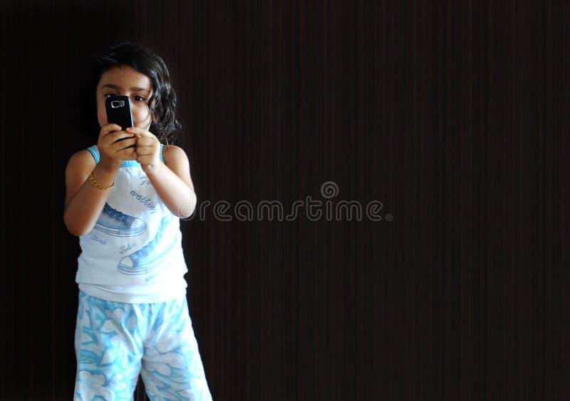 Een meisje met telefoon stock afbeelding