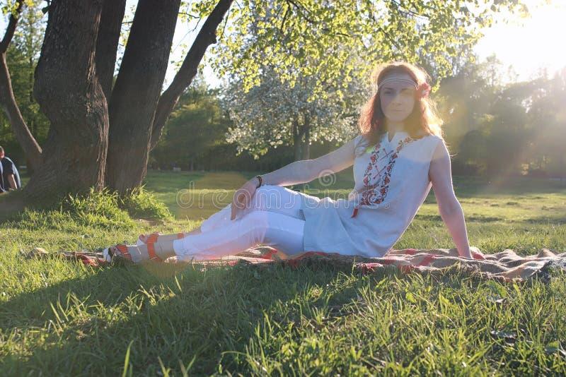 Download Een Meisje Op Een Gang In Een De Herfstpark Jong Roodharig Meisje In Stock Foto - Afbeelding bestaande uit mooi, persoon: 107706830