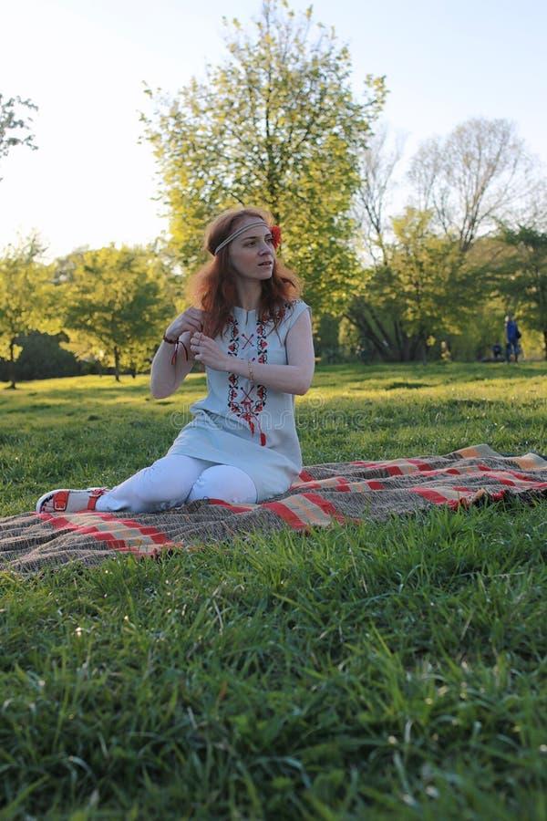 Download Een Meisje Op Een Gang In Een De Herfstpark Jong Roodharig Meisje In Stock Afbeelding - Afbeelding bestaande uit model, persoon: 107706847