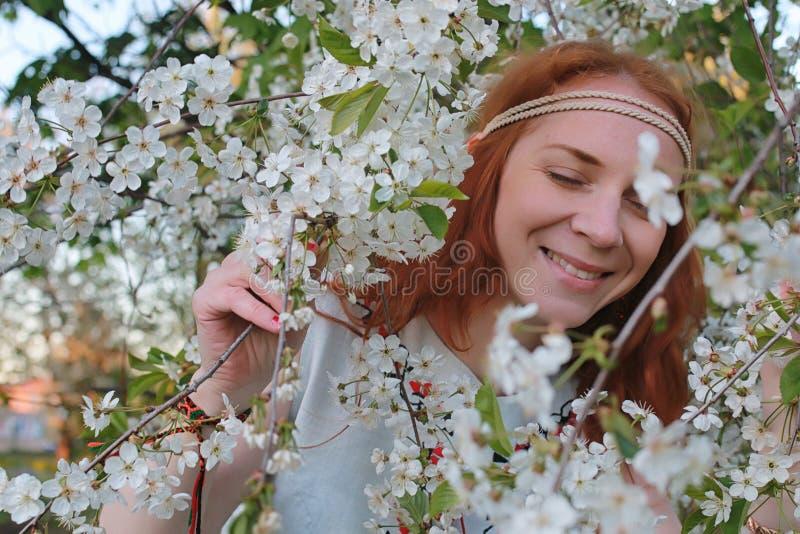 Download Een Meisje Op Een Gang In Een De Herfstpark Jong Roodharig Meisje In Stock Foto - Afbeelding bestaande uit kleding, model: 107706968