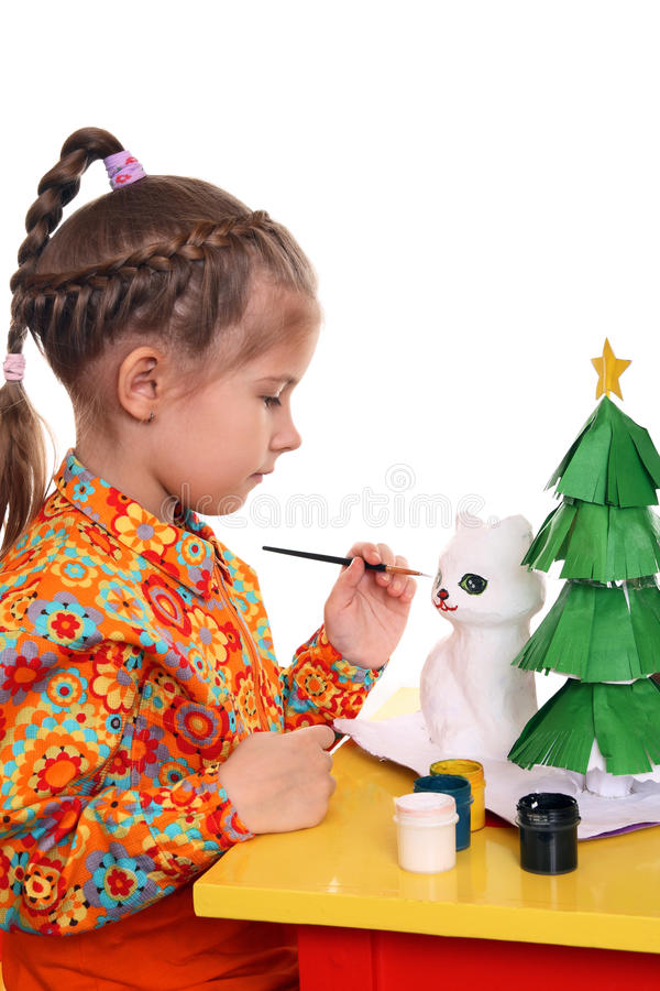 Een meisje schildert het cijfer van een witte kat royalty-vrije stock afbeeldingen
