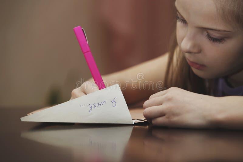 Een meisje schrijft een brief royalty-vrije stock foto's