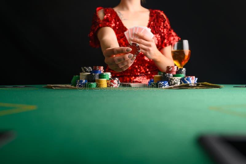 Een meisje speelt kaarten in een casino en steekt weddenschappen op met chips Blackjack poker sms-poker gamebusiness royalty-vrije stock foto