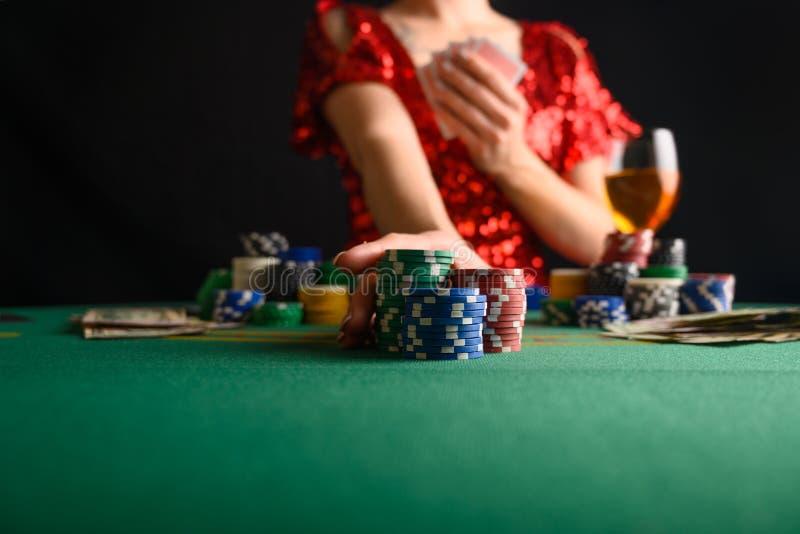 Een meisje speelt kaarten in een casino en steekt weddenschappen op met chips Blackjack poker sms-poker gamebusiness stock fotografie