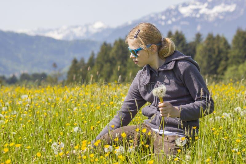 Een meisje tegen het panorama van de Alpen royalty-vrije stock foto's