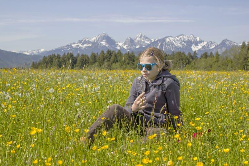 Een meisje tegen het panorama van de Alpen stock foto's