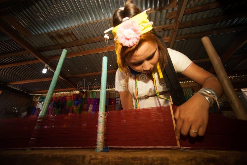 Een meisje van Kayan Lahwi spint stock afbeelding