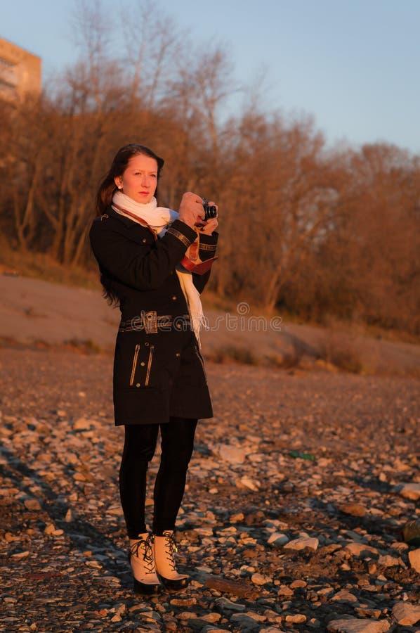 Een meisjesfotograaf met een oude camera stock foto