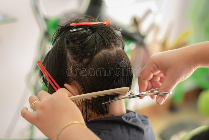 Een meisjeshaar in kapperssalon die wordt gesneden royalty-vrije stock fotografie