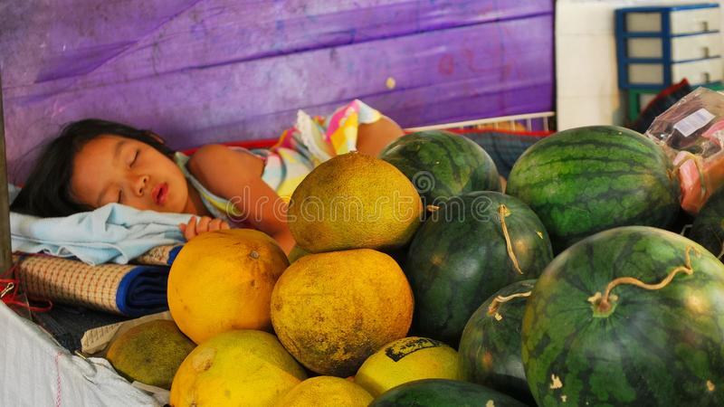 Een meisjesslaap op een markt thailand royalty-vrije stock foto