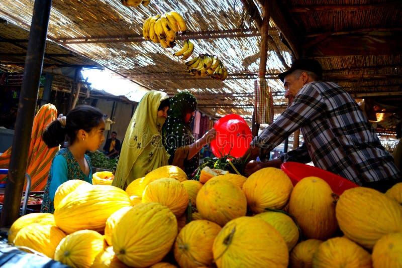Een meloenverkoper in souk van de stad van Rissani in Marokko stock fotografie