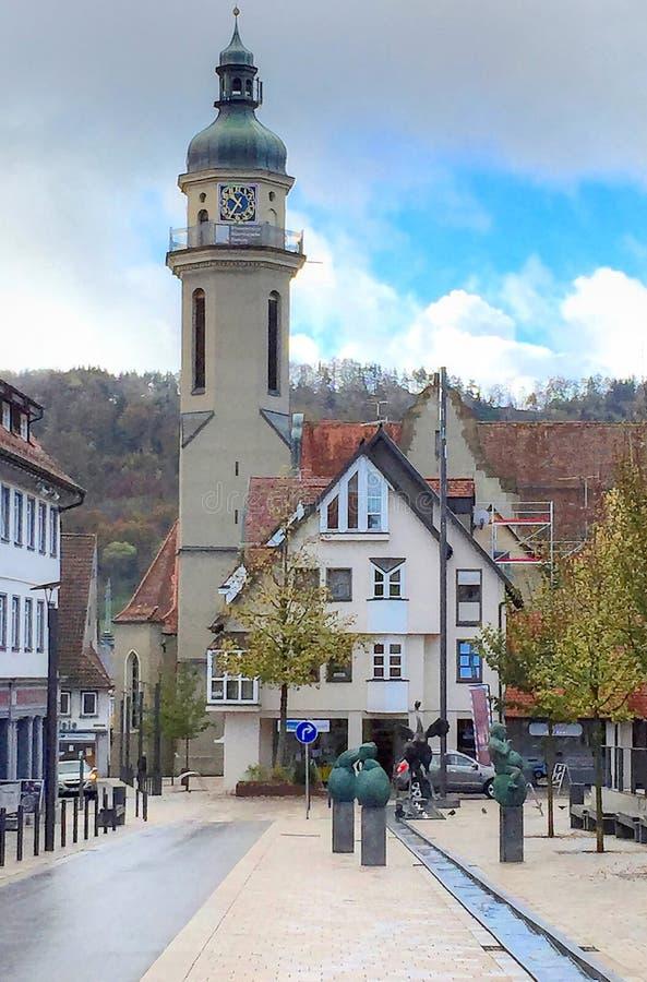 Een mengsel van oude gebouwen en moderne standbeelden in Ebingen Duitsland stock foto's