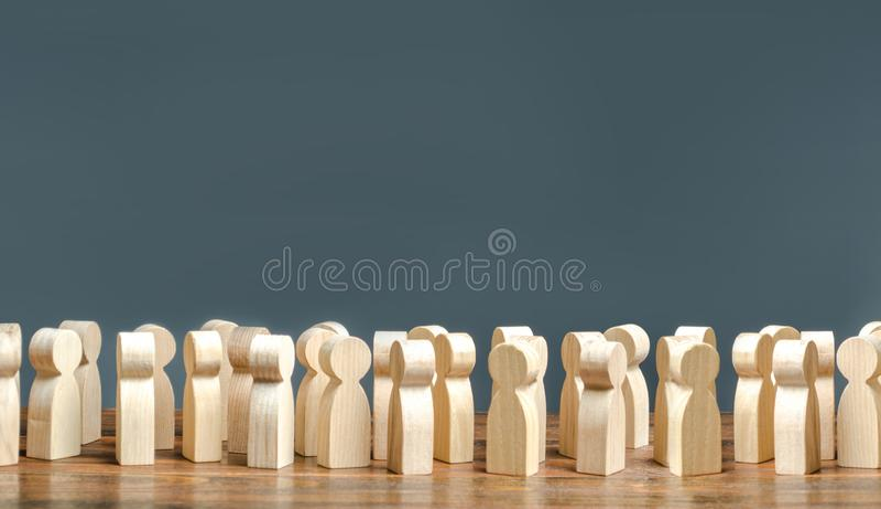 Een menigte van houten cijfers van mensen de maatschappij, de demografie groep burgers, verzameling, politieke beweging of electo stock afbeelding