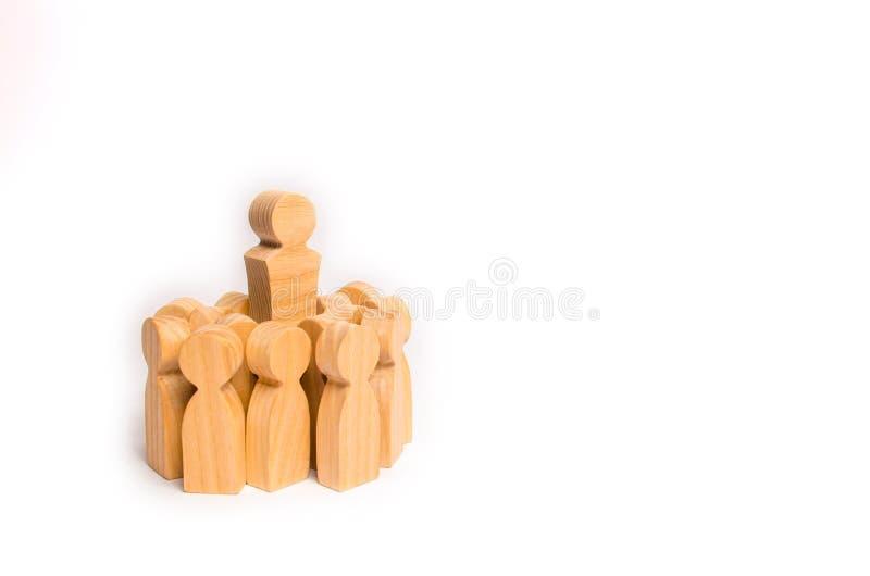 Een menigte van houten cijfers van mensen omringde hun leider en leider Het concept een bedrijfsleider Personeel manageme royalty-vrije stock foto