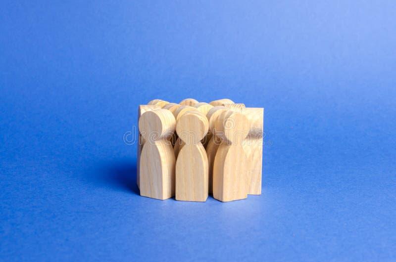 Een menigte van houten cijfers van mensen Sociaal onderzoek en de publieke opinie, electoraat Bevolking en burgers De maatschappi royalty-vrije stock foto's