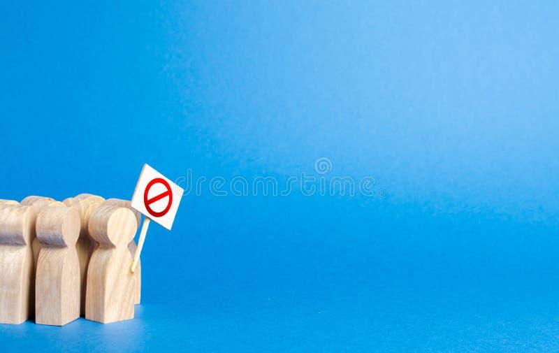 Een menigte van mensen met affiches het protesteren Boze menigte van houten cijfers van mensen met een affiche Sociale ontevreden stock afbeelding