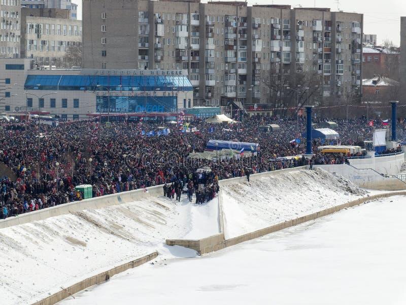 Een menigte van mensen op de dijk van de Irtysh-Rivier stock foto's