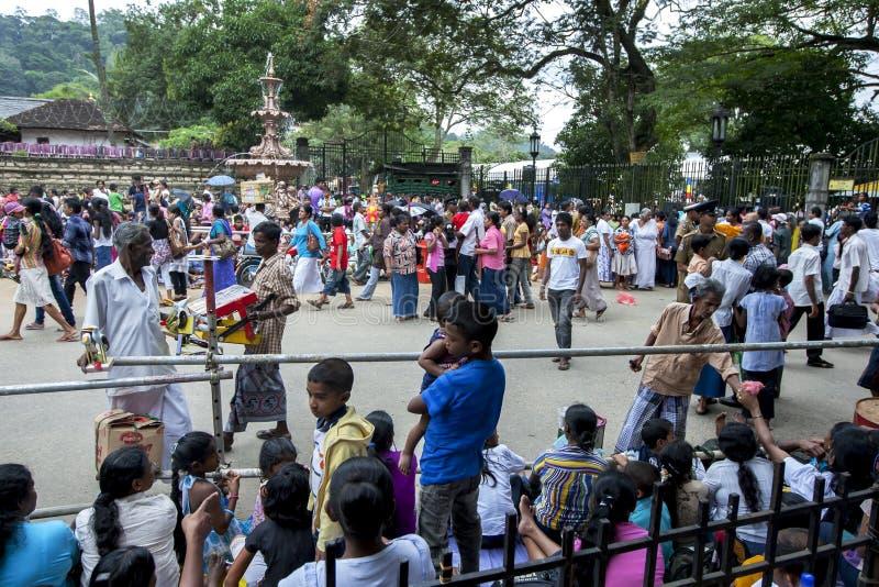 Een menigte van mensen in Sri Lanka stock foto's