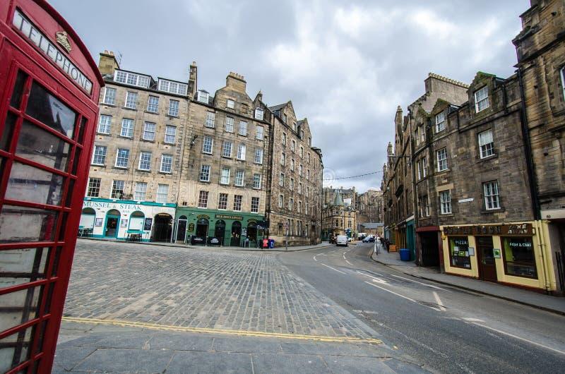 Een mening aan Candlemaker-straat in Edinburgh, Schotland met landmar royalty-vrije stock foto's