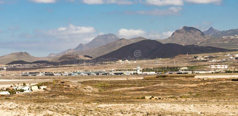 Een mening aan de internationale luchthaven van Tenerife Sur en de bergen strekken zich van het natuurreservaat van Onderstelroja royalty-vrije stock foto