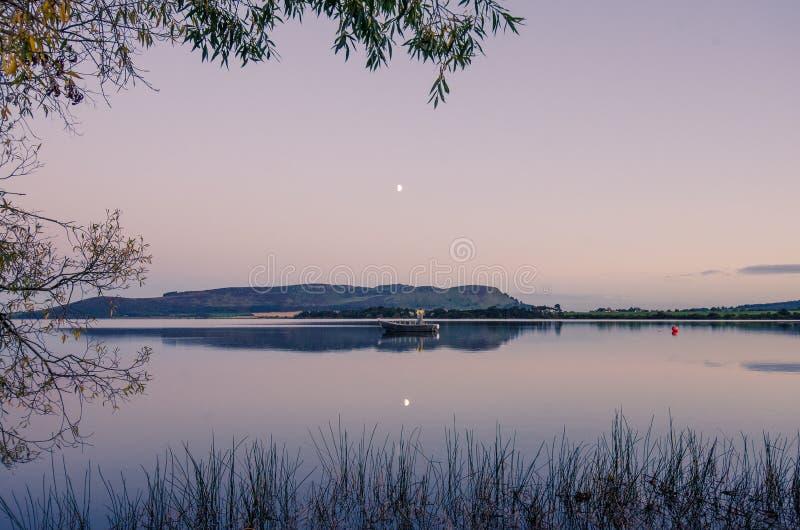 Een mening aan Loch Leven in Fife, Schotland stock fotografie