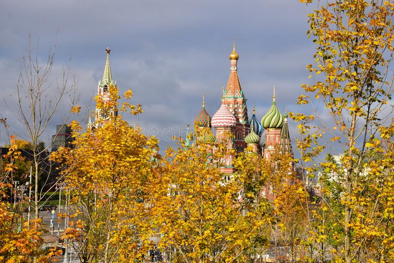 Een mening aan Moskou het Kremlin en de Kathedraal van StBasil stock foto's