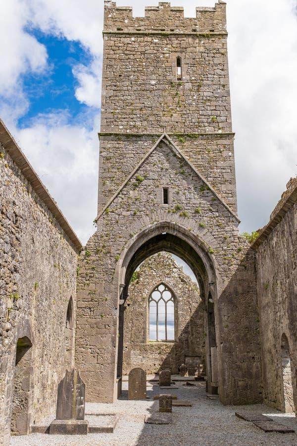 Een mening binnen de ruïnes van Clare Abbey een klooster enkel buitenkant Van Augustinus Ennis, Provincie Clare, Ierland dat naas royalty-vrije stock foto's