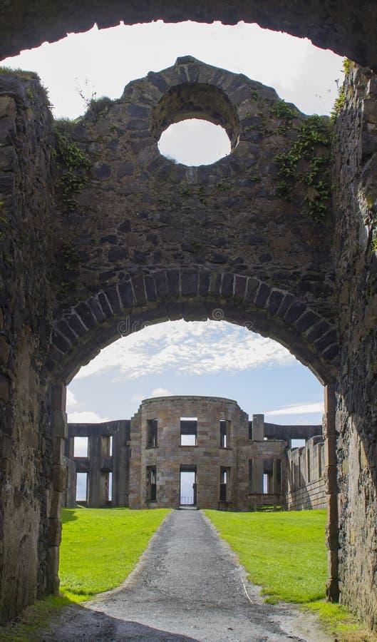 Een mening door de overspannen binnenplaatspoorten van het Bischop` s Mussenden Huis op bergaf Demesne in Castle Rock, Noord-Ierl stock foto's