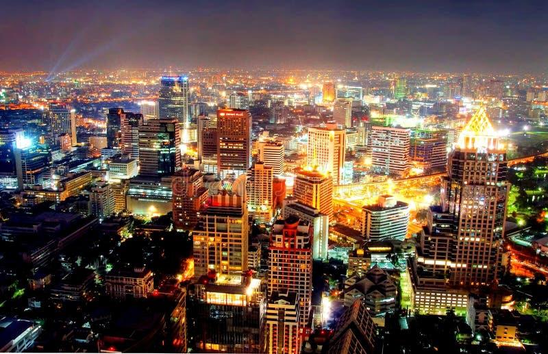 Een mening over de grote Aziatische stad van Bangkok, Thailand bij nacht stock foto's
