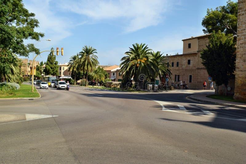 Een mening over de straat in de oude stad Alcudia, het eiland van Mallorca, Spanje royalty-vrije stock foto's