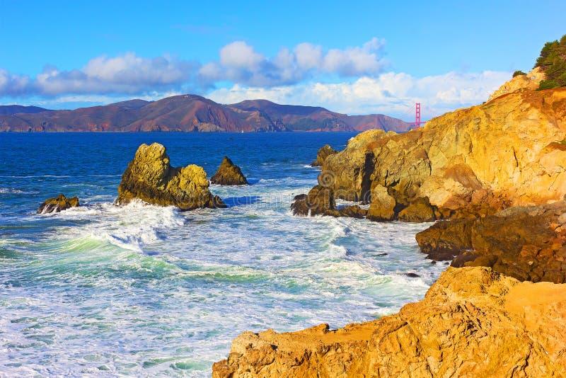 Een mening over Golden gate bridge van het Landpark in San Francisco, Californië, de V.S. stock foto