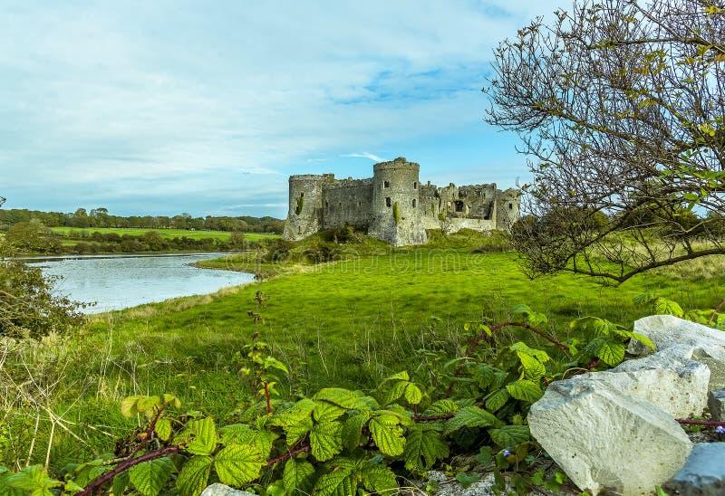 Een mening over een muur van de Carew-Rivier en het oude kasteel in Pembrokeshire royalty-vrije stock afbeeldingen