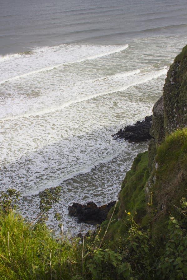 Een mening van bergaf Strand vanaf de klippenbovenkant bij Mussenden-Tempel in bergaf Demesne in Provincie Londonderry in Noord-I stock foto's
