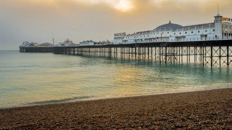 Een mening van Brighton Pier op een mooie de winteravond vlak vóór zonsondergang van het kiezelsteenstrand royalty-vrije stock foto's