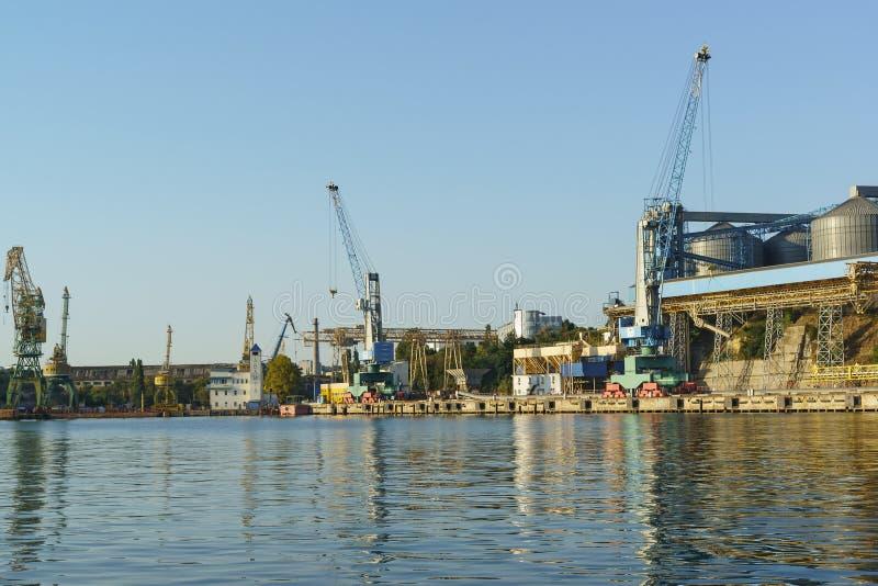 Een Mening van de Baai aan de van de korrelterminal en lading kranenzeehaven op het dok Stevedoring bedrijf stock fotografie