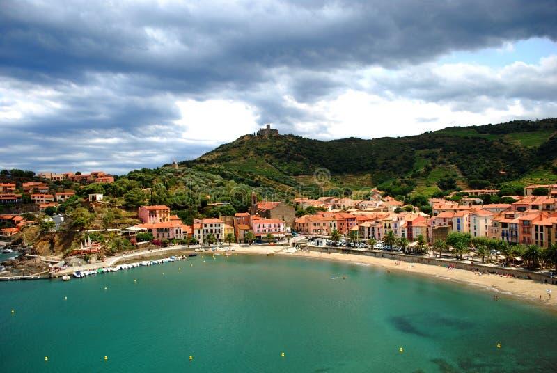 Een mening van de baai en het strand van Collioure met Heilige Elme Fort op de heuvel royalty-vrije stock afbeeldingen