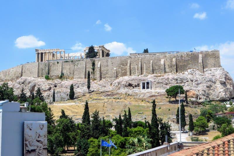 Een mening van de beroemde Akropolis met Parthenon streek op bovenkant in het hart van Athene, Griekenland neer Deze mening is va stock foto