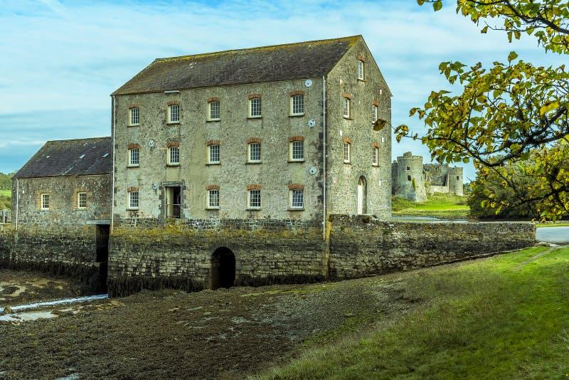 Een mening van de Carew-Rivier naar het Molenhuis in Pembrokeshire stock afbeelding