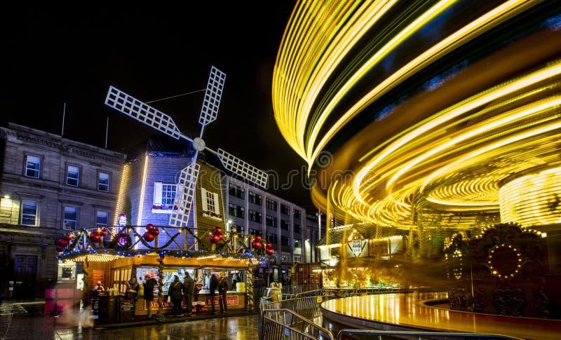 Een mening van de Carrousel en de Windmolen bij Kerstmismarkt van Nottingham in het Oude Marktvierkant, Nottingham, Nottinghamshi stock afbeeldingen