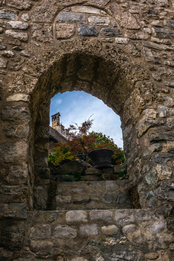 Een mening van de daken van het Chillon-kasteel door een venster royalty-vrije stock foto's