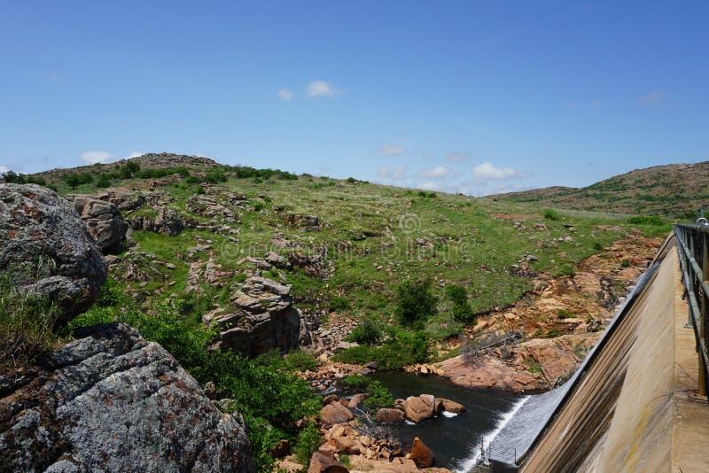 Een mening van de dam bij het wildtoevluchtsoord van meerjed johnson wichita mountains in Lawton Oklahoma royalty-vrije stock afbeeldingen