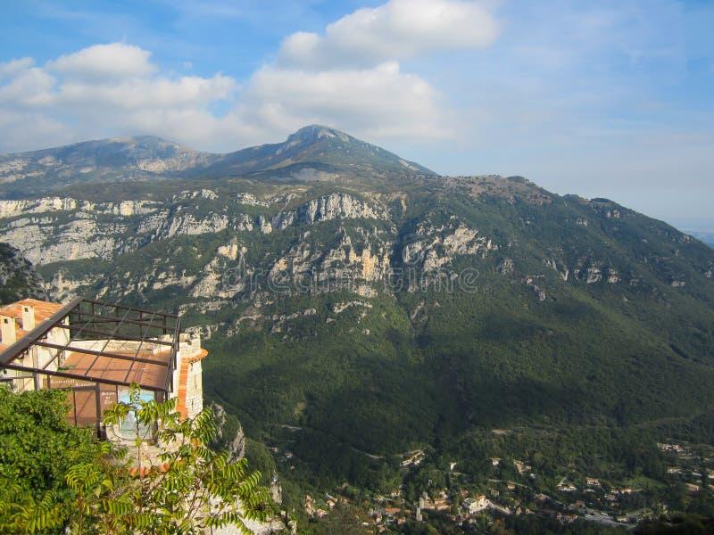 Een mening van de Franse Alpen op een wazige zonnige dag stock afbeeldingen